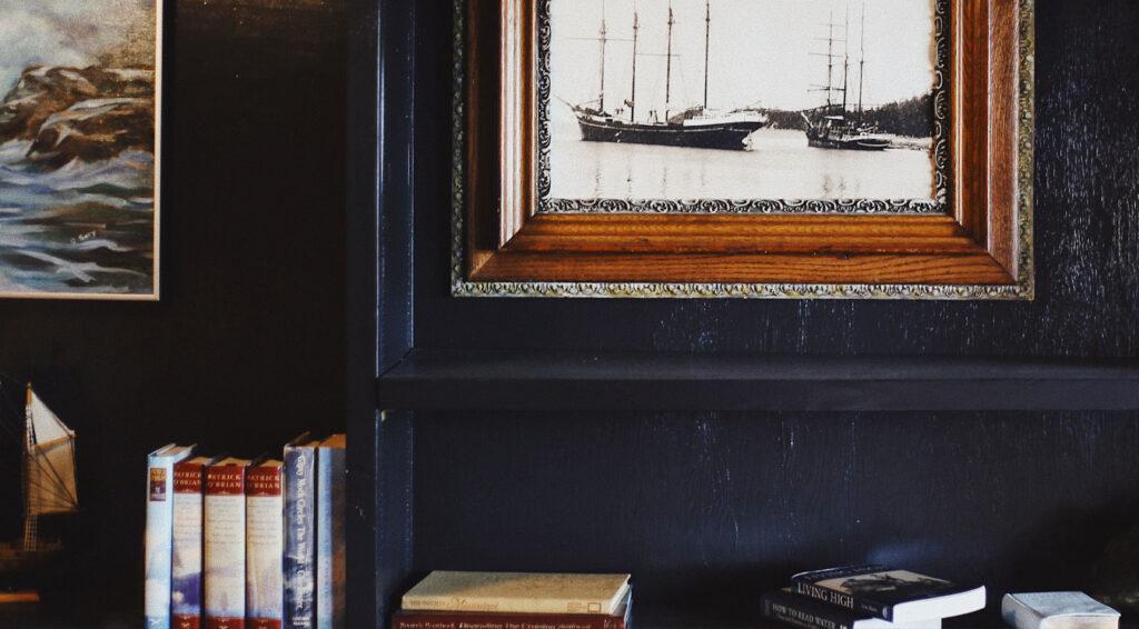 sötét tengerészkék falszín a nappaliban