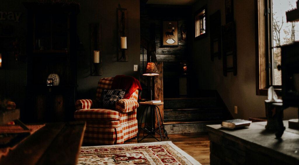 sötét vintage nappali a kevés fény miatt