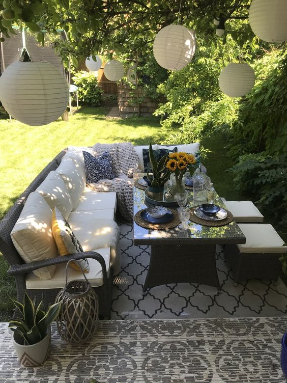 lampionok a kerti bútor felett