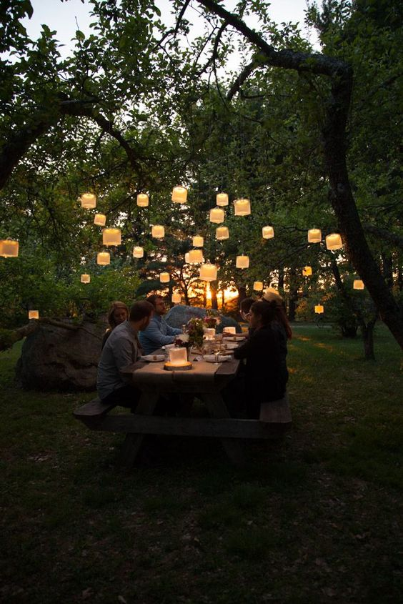 világító lampionok a kertben