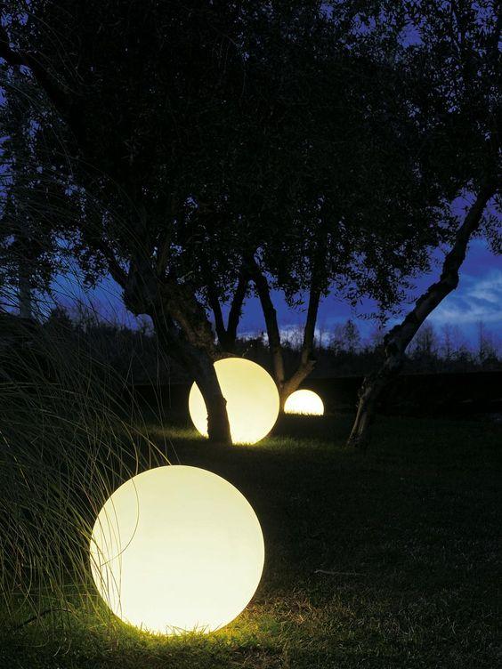 kertben szétszórt fénygömbbök