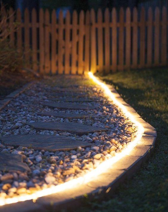 rejtett fényszalag a kerti úton